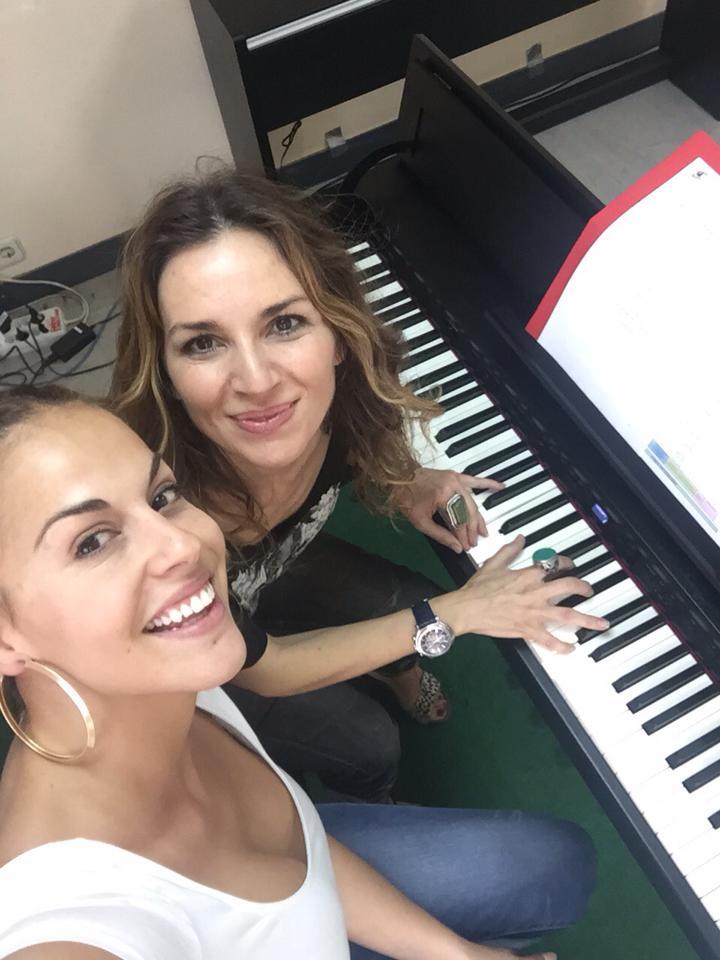 ¿Qué os parece? 8:30 am y ensayando!!! Qué campeona!!! — con Nalaya Ibiza Singer.